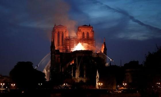 Cháy lớn tại Nhà thờ Đức Bà hơn 850 năm tuổi ở Paris ảnh 20