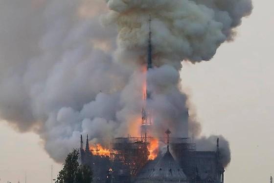 Cháy lớn tại Nhà thờ Đức Bà hơn 850 năm tuổi ở Paris ảnh 22