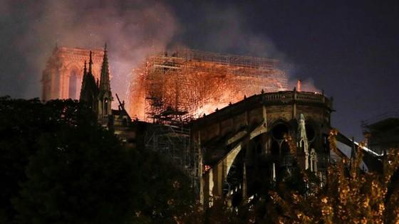 Cháy lớn tại Nhà thờ Đức Bà hơn 850 năm tuổi ở Paris ảnh 38