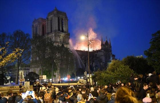 Cháy lớn tại Nhà thờ Đức Bà hơn 850 năm tuổi ở Paris ảnh 39