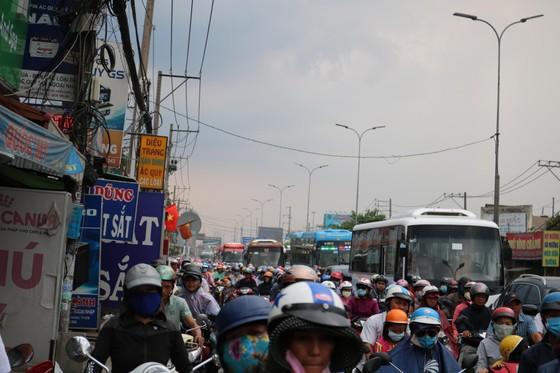 Người dân tấp nập trở lại TPHCM sau kỳ nghỉ lễ ảnh 7