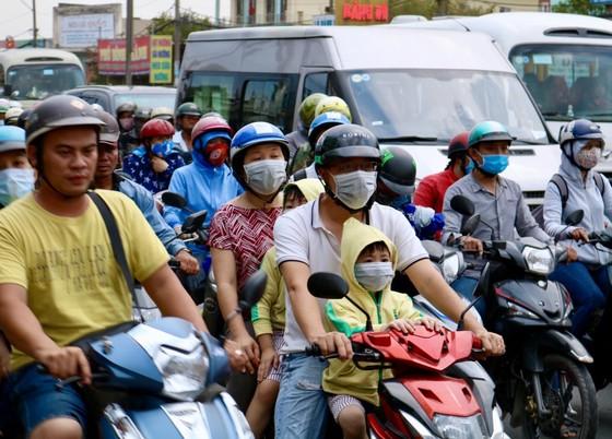 Người dân tấp nập trở lại TPHCM sau kỳ nghỉ lễ ảnh 5