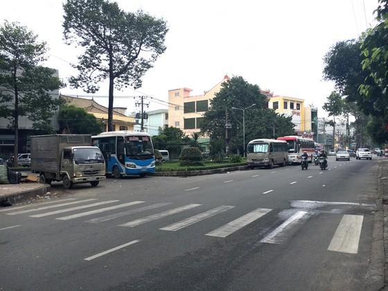 Xe khách chiếm dụng lòng đường làm bến bãi ảnh 1