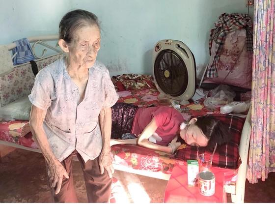 Cụ bà 85 tuổi chăm con bệnh nặng ảnh 1