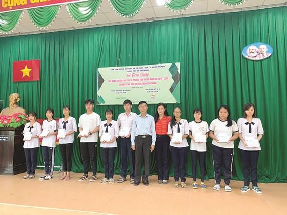 Trao tặng 257 học bổng cho học sinh, sinh viên huyện Nhà Bè năm học 2019 - 2020 ảnh 1