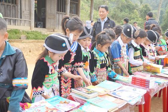 Đưa sách đến trẻ nghèo bản xa ảnh 1