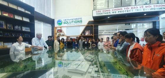 Sinh viên Khoa Môi trường tìm hiểu thực tế Khu xử lý chất thải Đa Phước ảnh 2