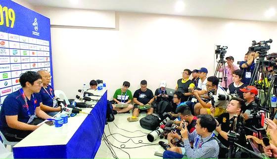 Các phóng viên Việt Nam tác nghiệp tại SEA Games 30. Ảnh: DŨNG PHƯƠNG