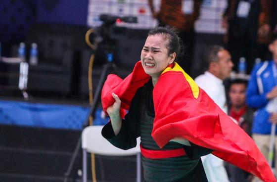 Trên sàn đấu, Trần Thị Thêm đã bật khóc sau khi đoạt tấm HCV. Ảnh: DŨNG PHƯƠNG