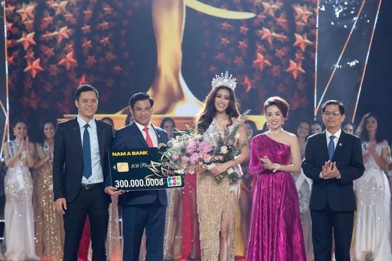 Nam A Bank trao thẻ JCB cho tân Hoa hậu Hoàn vũ Việt Nam 2019 ảnh 1