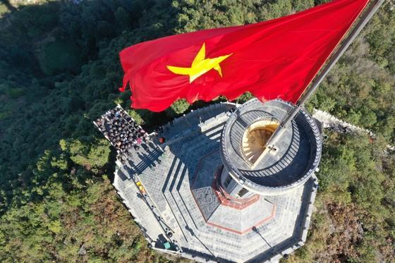Tự hào lá cờ Việt Nam trên hành trình chinh phục miền biên ải ảnh 3