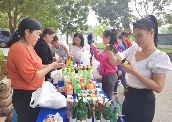 Đi chợ tết giúp công nhân ảnh 1
