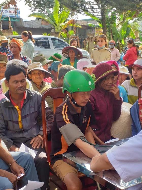 Khám bệnh và tặng quà tết cho người nghèo tại huyện Lắk, Đắk Lắk ảnh 2