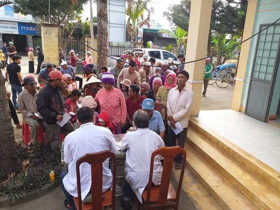 Khám bệnh và tặng quà tết cho người nghèo tại huyện Lắk, Đắk Lắk ảnh 3