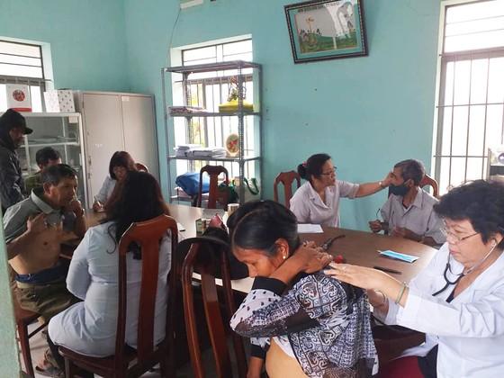 Khám bệnh và tặng quà tết cho người nghèo tại huyện Lắk, Đắk Lắk ảnh 1