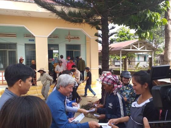 Khám bệnh và tặng quà tết cho người nghèo tại huyện Lắk, Đắk Lắk ảnh 5