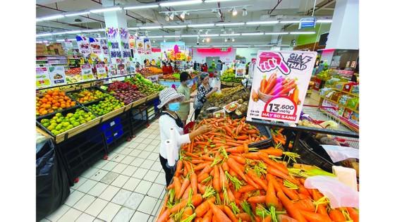 Thị trường hàng hóa tại TPHCM: Trái với tin đồn, hàng đầy ắp siêu thị ảnh 2