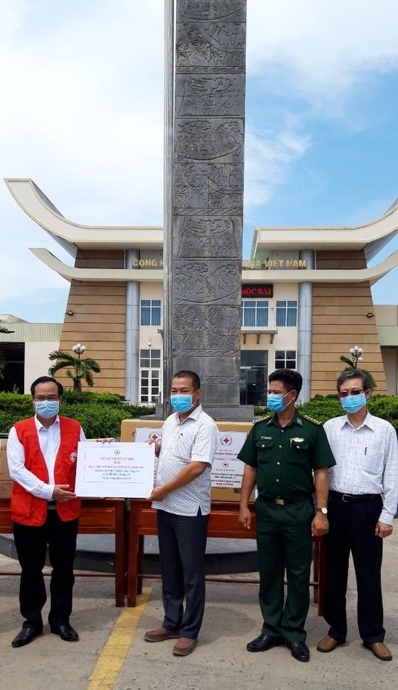 Tặng quà tại tỉnh Tây Ninh và các đơn vị nơi tuyến đầu phòng chống dịch Covid-19 ảnh 1
