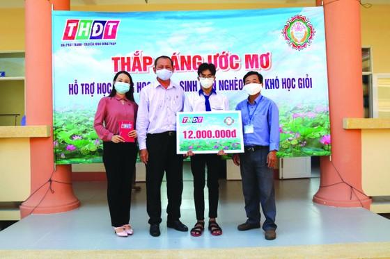 """Công ty TNHH MTV Xổ số kiến thiết Đồng Tháp trao học bổng """"Thắp sáng ước mơ"""" tại huyện Thanh Bình ảnh 1"""