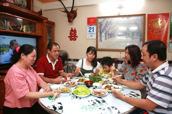 Bữa cơm gia đình thời hiện đại  ảnh 1