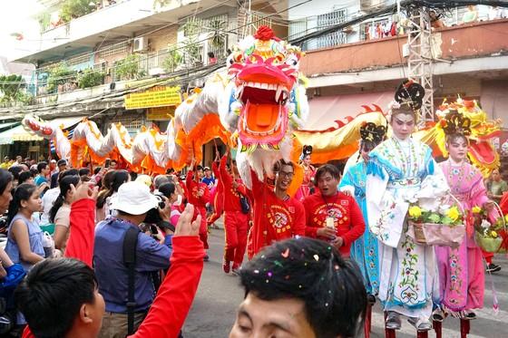 Rước lân sư rồng qua các tuyến phố - nét đặc sắc của Lễ hội Tết Nguyên tiêu. Ảnh tư liệu: HOÀNG HÙNG