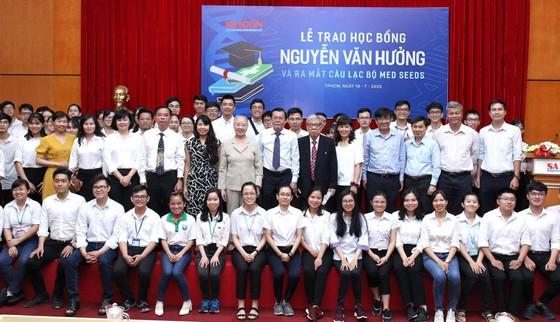 Trao 56 suất học bổng Nguyễn Văn Hưởng cho sinh viên ngành y ảnh 10