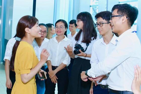 Trao 56 suất học bổng Nguyễn Văn Hưởng cho sinh viên ngành y ảnh 9