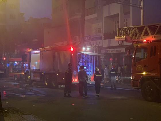Cháy nhà kho trong hẻm ở trung tâm TPHCM ảnh 13