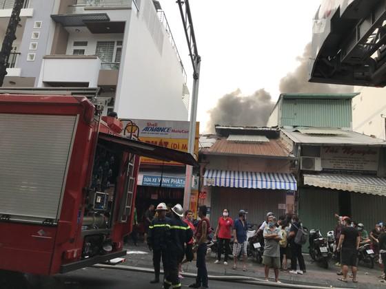 Cháy nhà kho trong hẻm ở trung tâm TPHCM ảnh 4