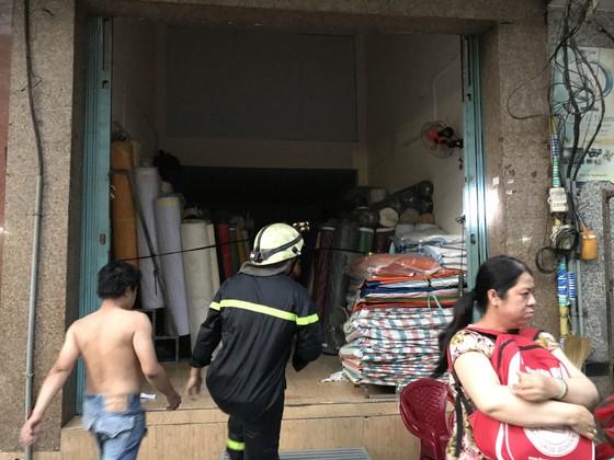 Cháy nhà kho trong hẻm ở trung tâm TPHCM ảnh 2