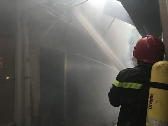 Cháy nhà kho trong hẻm ở trung tâm TPHCM ảnh 3