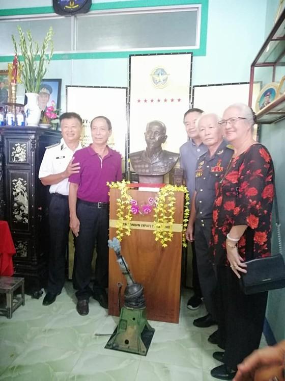 Trao tặng bức tượng đồng cố Đại tá phi công, Anh hùng lực lượng vũ trang nhân dân Nguyễn Văn Bảy ảnh 1