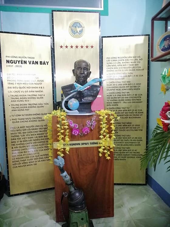 Trao tặng bức tượng đồng cố Đại tá phi công, Anh hùng lực lượng vũ trang nhân dân Nguyễn Văn Bảy ảnh 2
