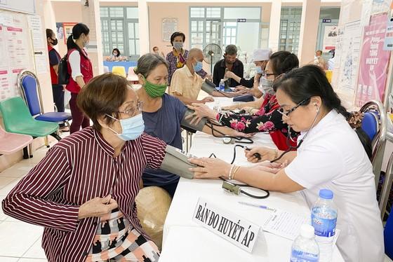 Tặng quà, khám bệnh cho hơn 300 hộ dân ở huyện Bình Chánh ảnh 3