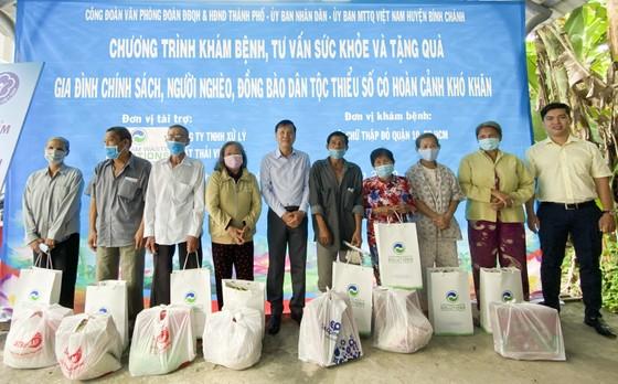 Tặng quà, khám bệnh cho hơn 300 hộ dân ở huyện Bình Chánh ảnh 1