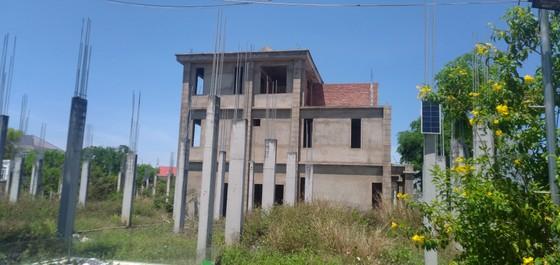 Nhiều căn biệt thự dở dang tại dự án Làng biệt thự Dovillas do thiếu vốn