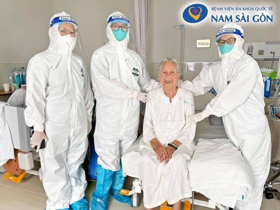 Cụ bà 89 tuổi xuất viện khỏe mạnh sau thời gian dài ngày điều trị Covid-19 ảnh 1