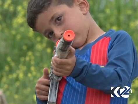 Cậu bé Messi giờ chỉ thích chơi với súng.