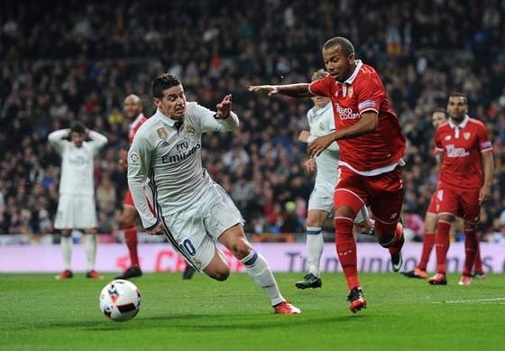 Sevilla (phải) sẽ là thách thức đáng kể với Real của James Rodriguez.