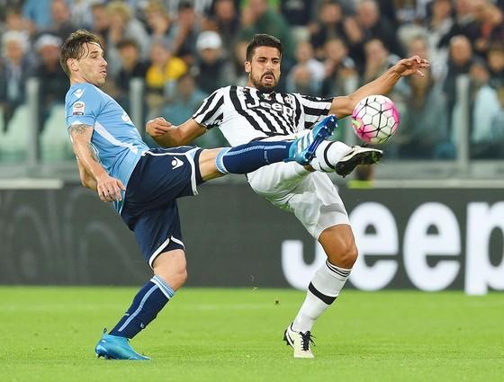 Sami Khedira (phải, Juventus) tranh bóng với Lucas Biglia (Lazio).