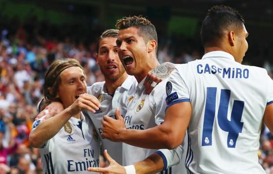 Ở thời điểm này, không hàng phòng ngự nào  có thể ngăn Ronaldo  ghi bàn