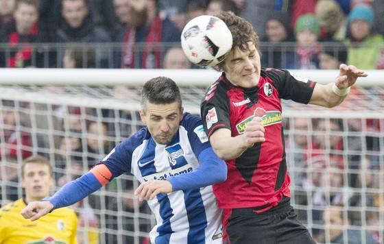 Hertha Berlin (trái) khó có thể rơi ra khỏi Top 6.