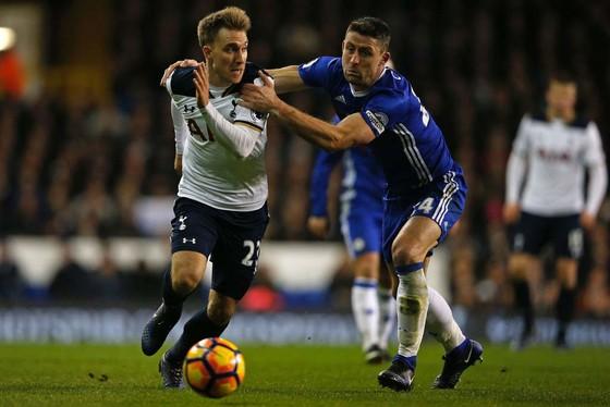 Gary Cahill (phải, Chelsea) treo giò là thông tin tốt đối với Christian Eriksen (Tottenham).