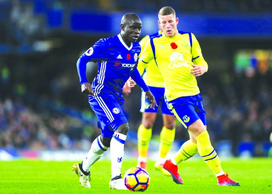 N'Golo Kante (trái, Chelsea) che chắn trước cầu thủ Everton.