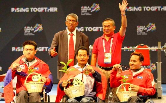 VĐV Lê Văn Công (ngồi giữa) lần thứ 5 liên tiếp đoạt HCV môn cử tạ  tại Đại hội TTNKT Đông Nam Á