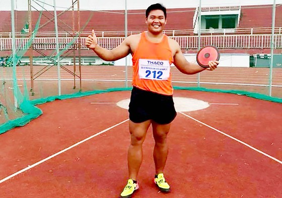 24 năm, VĐV Phan Thanh Bình giành lại HCV môn ném đĩa cho TPHCM. Ảnh: TUẤN AN