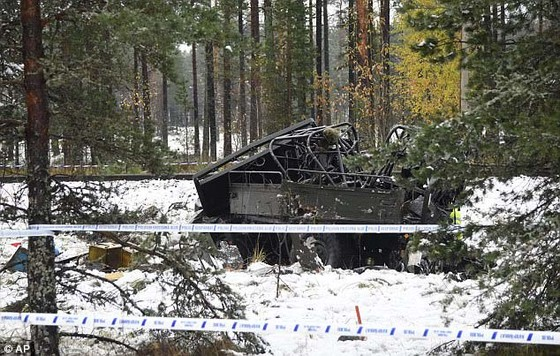 Xe lửa đang chạy 100 km/giờ đâm vào xe quân đội ở Phần Lan ảnh 1