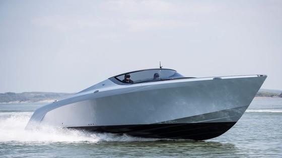 Du thuyền thể thao Aston Martin AM37 đầu tiên đã có chủ
