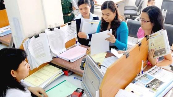 Các doanh nghiệp làm hồ sơ thuế tại Cục Thuế TPHCM Ảnh: CAO THĂNG