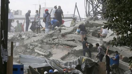 Lực lượng cứu hộ và tình nguyên viên tìm kiếm nạn nhân sau động đất tại khu Roma, Mexico City, ngày 19-9-2017. Ảnh: AP